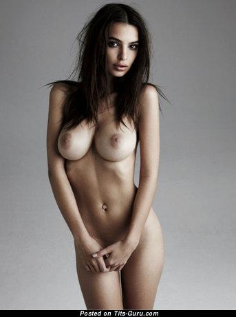 Изображение. Emily Ratajkowski - изображение сексуальной брюнетки топлесс с средними натуральными сисечками, большими сосками
