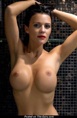 Karola - sexy nude brunette picture