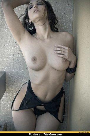 Изображение. Изображение умопомрачительной обнажённой женщины с средними натуральными дойками