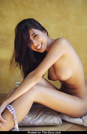 Paula Shy - фотка умопомрачительной обнажённой женщины с среднего размера натуральной грудью