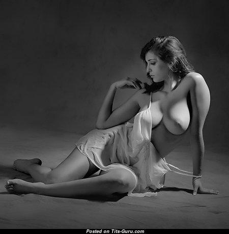 Красотка с супер голыми среднего размера грудями (эро картинка)