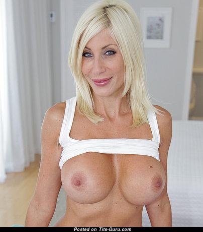 Изображение. Фотка обалденной раздетой блондинки с большими дойками