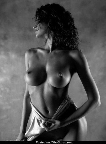 Красотка с умопомрачительными обнажёнными среднего размера сисями (порно фото)