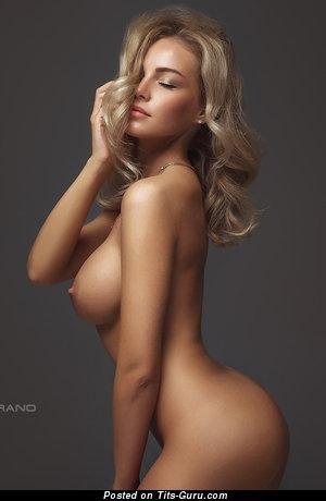Красотка с эффектным оголённым натуральным средним бюстом (hd интимная фотография)