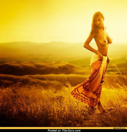 Изображение. Фотография сексуальной голой модели с большими натуральными сиськами