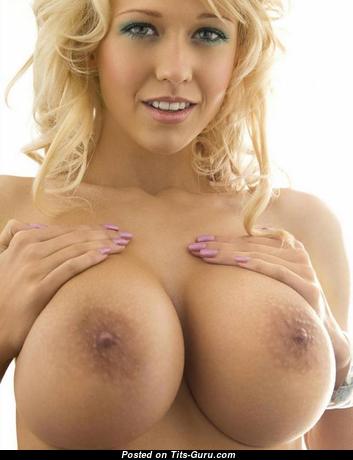 California Blonde With Above Avg Tits: привлекательная обнажённая блондинка красотка с пухлыми сосками (hd ню изображение)