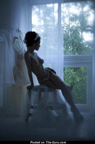 Фото умопомрачительной голой леди с среднего размера натуральной грудью