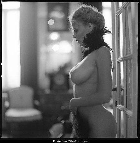 Изображение. Фотография сексуальной раздетой тёлки с натуральной грудью