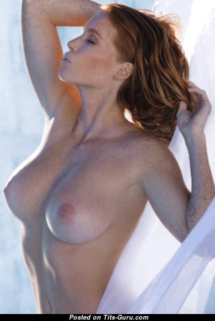 Рыжая с крутой голой натуральной среднего размера грудью (ню фотка)
