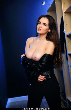 Maible - фотка красивой голой брюнетки с большой натуральной грудью, большими сосками