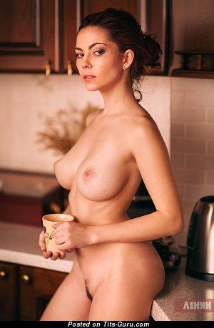 Фотография горячей девахи топлесс с среднего размера грудью, большими сосками