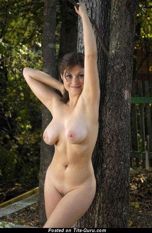 Изображение. Фотка шикарной голой брюнетки с среднего размера натуральными дойками