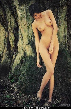 Изображение. Картинка офигенной голой брюнетки с среднего размера натуральными сиськами