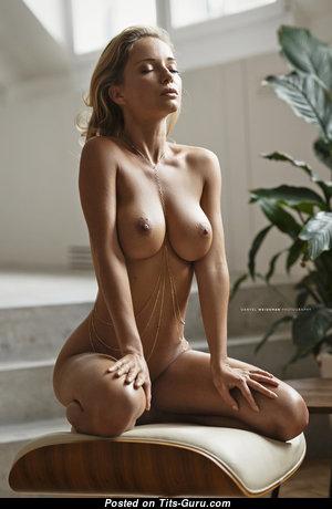 Красотка с сексуальным голым натуральным средним бюстом (hd порно фотография)