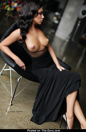 Изображение. Фото умопомрачительной голой чувихи с среднего размера натуральной грудью