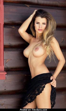 Красотка с эффектным оголённым средним бюстом (секс изображение)