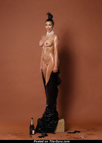 Kim Kardashian - фотка офигенной раздетой чувихи с средними дойками