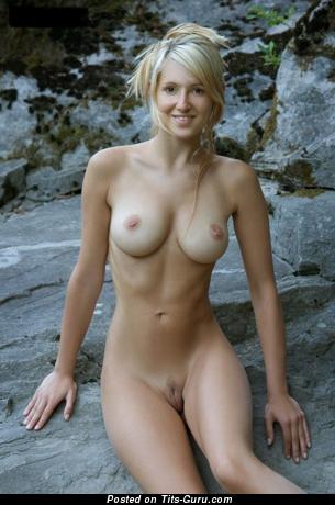Картинка умопомрачительной раздетой блондинки с среднего размера натуральными дойками