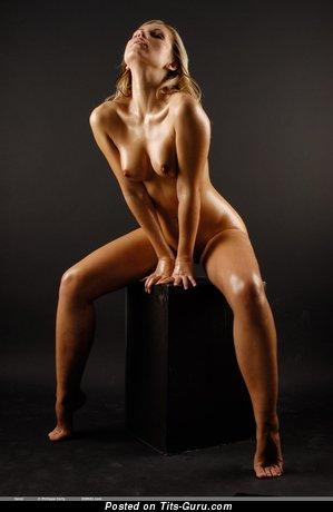 Изображение. Фотография восхитительной обнажённой модели с среднего размера натуральными сиськами