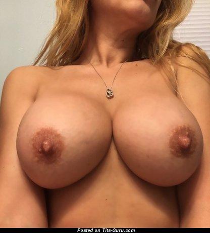 Изображение горячей обнажённой девушки с средними сиськами