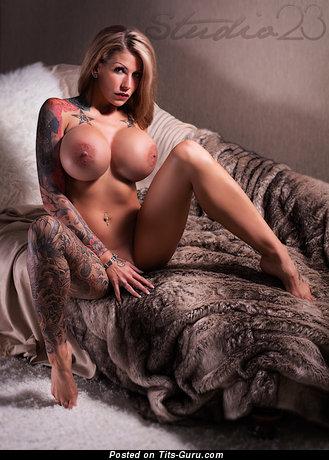 Изображение. Картинка офигенной обнажённой блондинки с гигантскими силиконовыми сисечками, тату