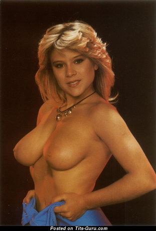 Samantha Fox - картинка шикарной обнажённой блондинки с среднего размера натуральными сисечками