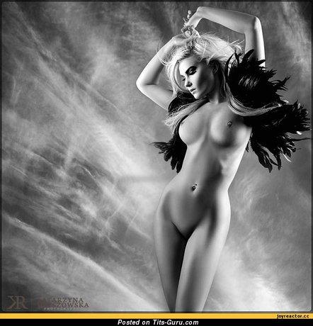 Изображение. Изображение горячей голой модели с среднего размера сисечками
