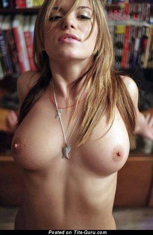 Модель с эффектной оголённой натуральной среднего размера грудью (эротическое изображение)