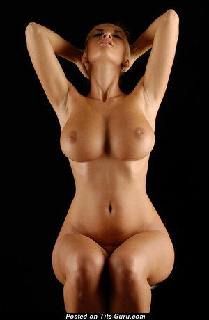 Красотка с обалденными голыми натуральными средними сисечками (hd ню изображение)