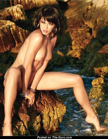 Изображение. Фото шикарной раздетой девушки с средней грудью