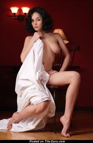Eugenia Diordiychuk: брюнетка (Украина) с супер голым натуральным средним бюстом (hd 18+ изображение)