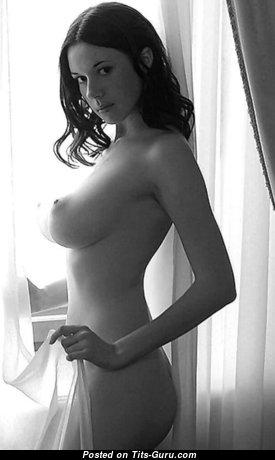 Graceful Brunette Babe with Graceful Open Medium Boobie (18+ Photo)
