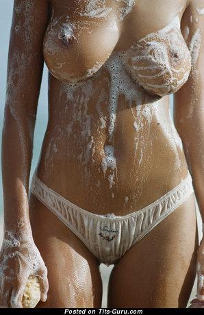Картинка красивой голой модели с влажными средними натуральными сиськами