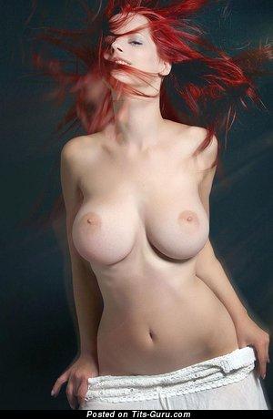 Красотка с восхитительной обнажённой натуральной среднего размера грудью (hd эротическая картинка)