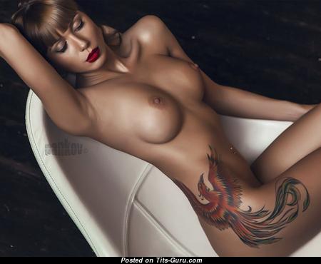 Красотка с красивыми оголёнными среднего размера сисечками (hd секс фотка)