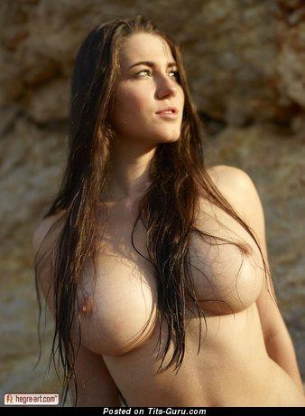 Изображение. Yara Eggimann - фотка горячей голой модели с большой грудью
