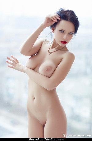 Изображение. Petrova - фотка шикарной голой тёлки с среднего размера сисечками