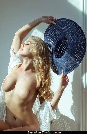 Изображение. Фотка умопомрачительной обнажённой чувихи с большой грудью