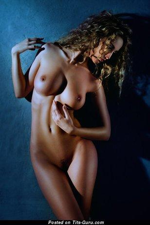 Изображение. Фотка обалденной обнажённой модели с среднего размера натуральной грудью