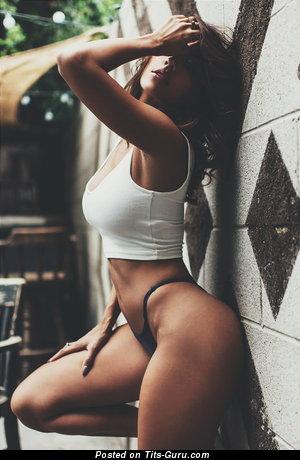 Красотка с офигенным голым средним бюстом (интимное фото)