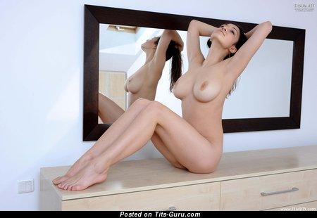 Sofi - фото сексуальной голой брюнетки с средними натуральными дойками