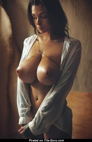 Beautiful Babe with Beautiful Exposed Med Tittes (Sexual Foto)