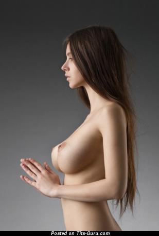 Фото умопомрачительной обнажённой брюнетки с натуральной грудью