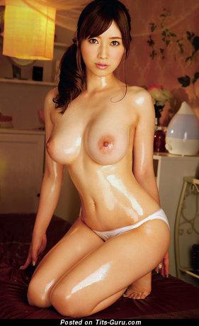 Изображение. Фотография восхитительной голой брюнетки азиатки с среднего размера сисечками