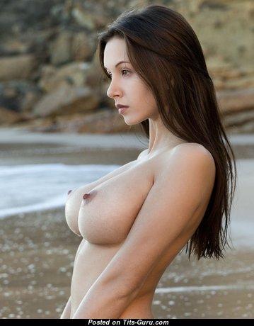 Pretty Babe with Pretty Exposed Fake Average Boobys (Porn Foto)