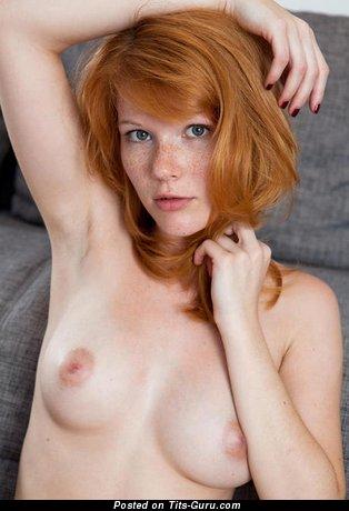 Рыжая с сексуальной оголённой натуральной символической грудью (эро фотка)