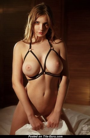 Stunning Babe with Stunning Nude Real Normal Chest & Red Nipples (Porn Foto)