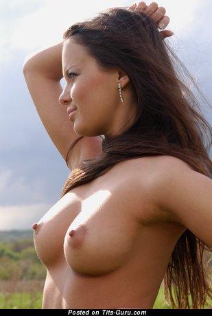 Hannusya - фотка восхитительной обнажённой девахи с среднего размера дойками