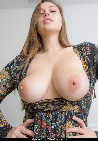 Обворожительная голая брюнетка красотка с большими сосками (hd порно фотография)
