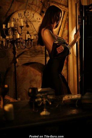Julia Silenkova: брюнетка с красивыми обнажёнными натуральными среднего размера титями (hd эротическая фотка)